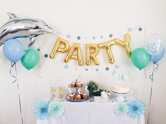 Cách trang trí sinh nhật tại nhà với bong bóng bạc cá heo và chữ party kết hợp bàn sinh nhật