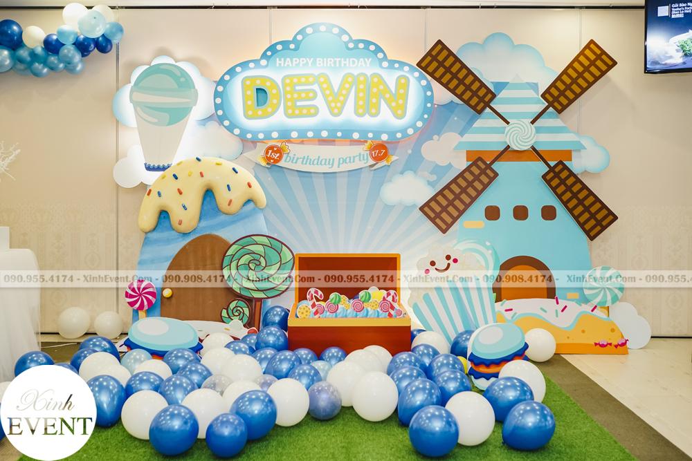 Sinh nhật với chủ đề màu xanh dương cá tính của bé Devin và bạn có thể tự trang trí sinh nhật cho bé yêu