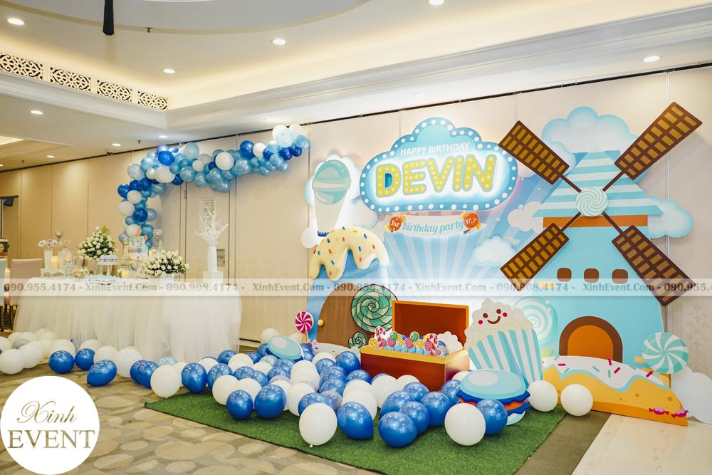 Bàn sinh nhật cùng backdrop sinh nhật của bé Devin được thực hiện bởi Xinh Event