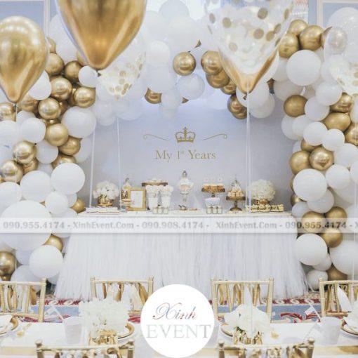 Trang trí bàn sinh nhật với màu trắng và bong bóng cực đẹp XV055