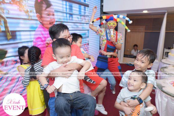 Dịch vụ chú hề MC hoạt náo trên sân khấu tại Xinh Event