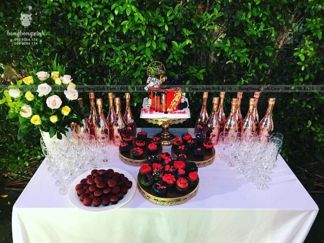 Bánh kem và rựu trang trí bàn gallery sinh nhật chủ đề Rustic độc đáo