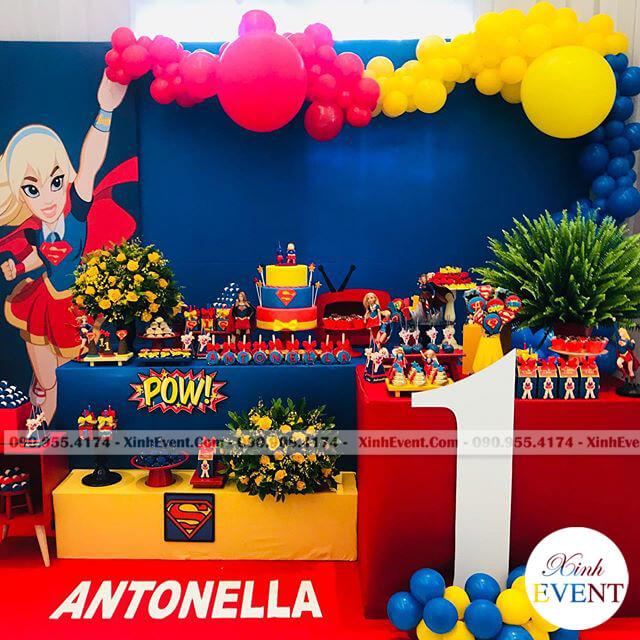 Cách trang trí bàn tiệc thôi nôi cho bé gái với chủ đề Supergirl đầy màu sắc
