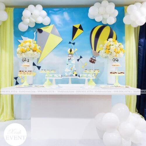 Bàn sinh nhật với chủ đề khinh khí cầu đơn giản mà đẹp XV212