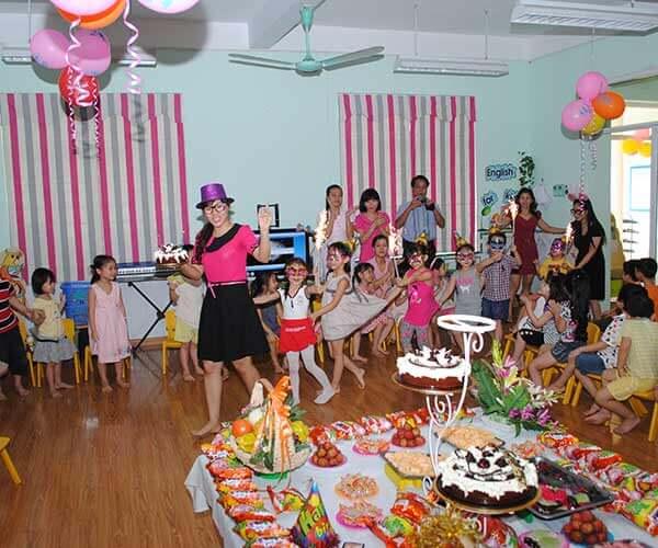Như thế cách tổ chức sinh nhật cho bé ở lớp thật vui và sôi động phải không nào