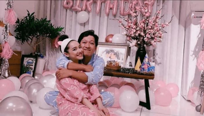 Nhã Phương hạnh phúc với Trường Giang trong bữa tiệc sinh nhật.