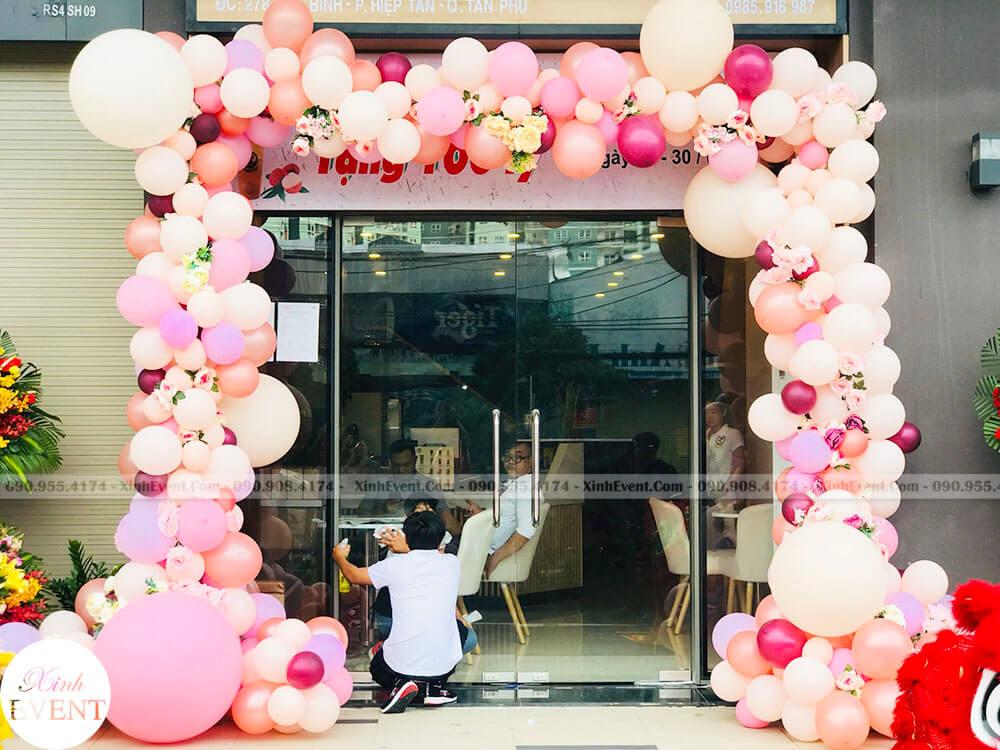 Cổng chào khai trương bằng bong bóng kết hợp hoa tươi mẫu mới nhất