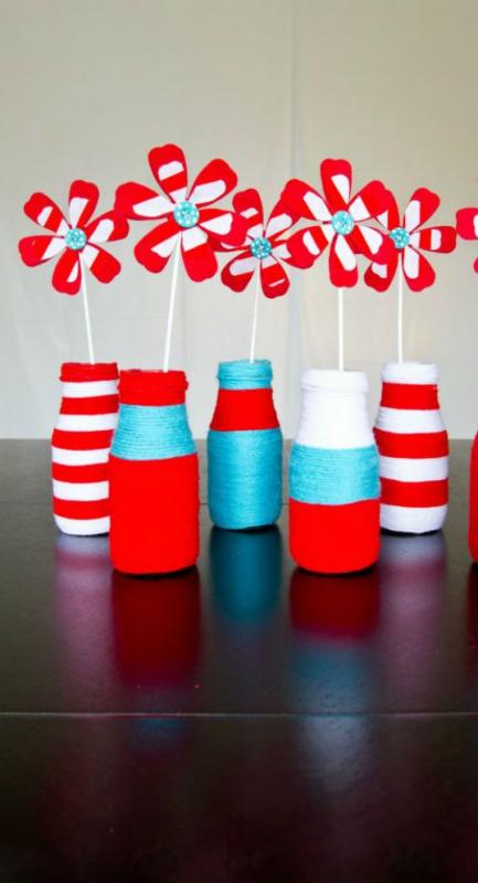 Lọ hoa handmade giúp cho việc trang trí bữa tiệc thôi nôi bé trai của bạn thêm sinh động