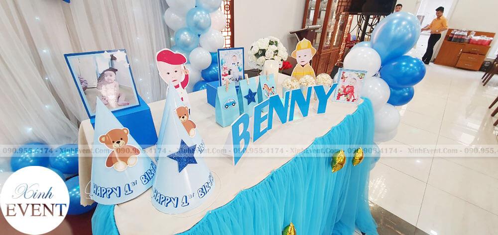 Phụ kiện sinh nhật tại trên bàn