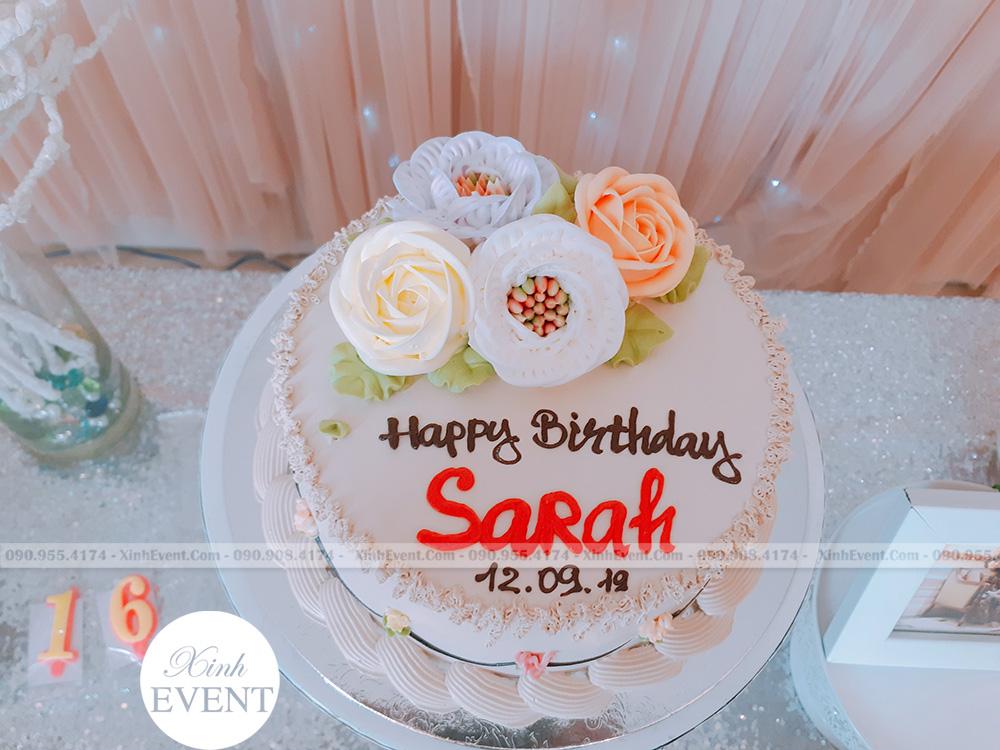 Bánh kem sinh nhật tại bữa tiệc trang trí