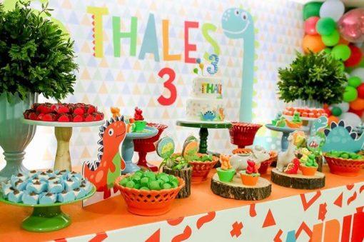 Các loại bánh kẹo đủ màu sắc trang trí thành từng phần riêng biệt cho buổi tiệc XV280
