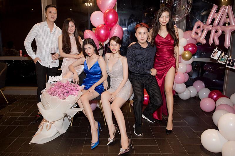 Hoa hậu Đặng Thị Ngọc Hân chụp hình cùng bạn bè