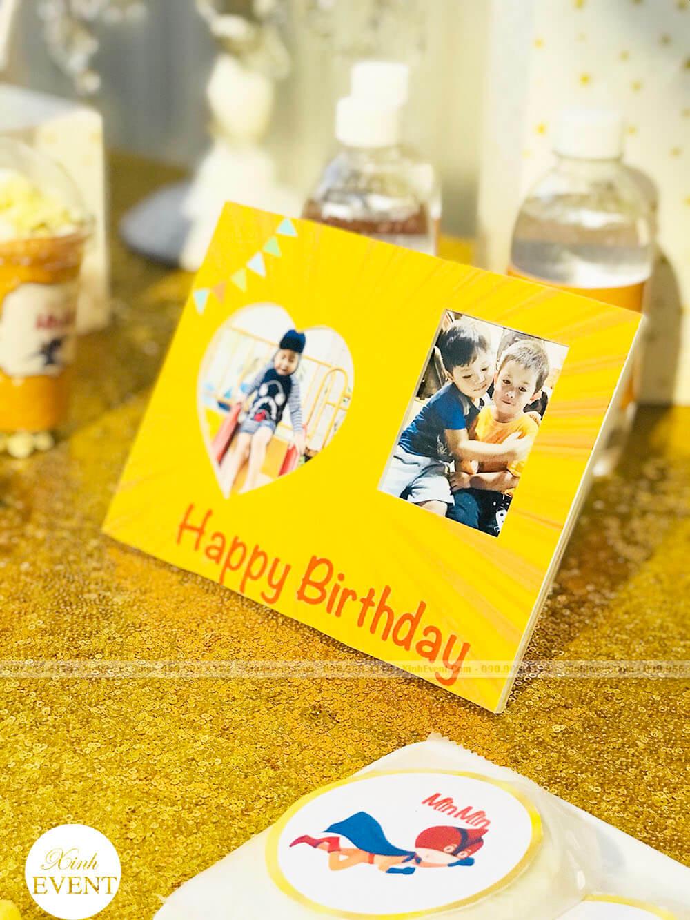 Thiêp sinh nhật trang trí trên bàn quà