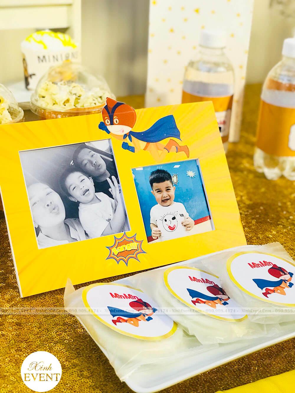 Thiệp sinh nhật trang trí trên bàn quà