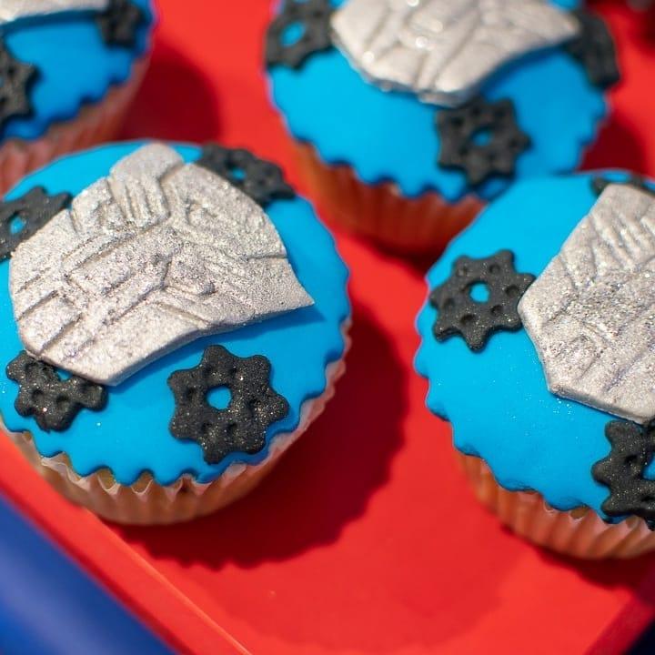 Bánh cupcake với logo của optimus XV279.