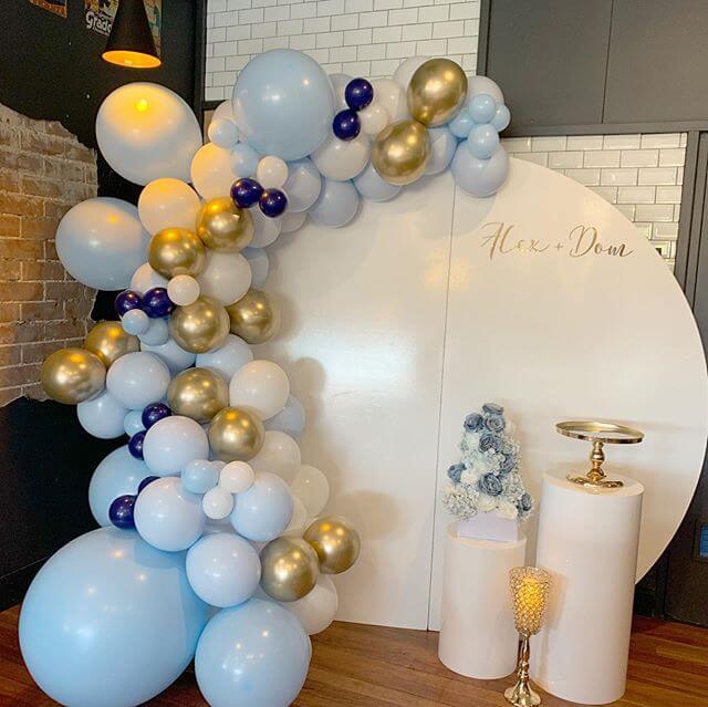 Bàn quà tiệc cưới màu trắng cùng backdrop vô cùng dễ thương XV310