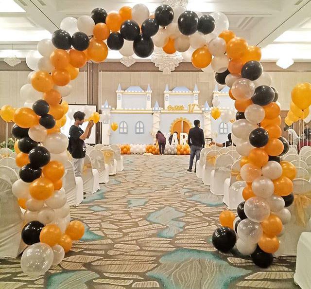 Cổng chào sinh nhật bong bóng vòm trắng, vàng và đen XV337