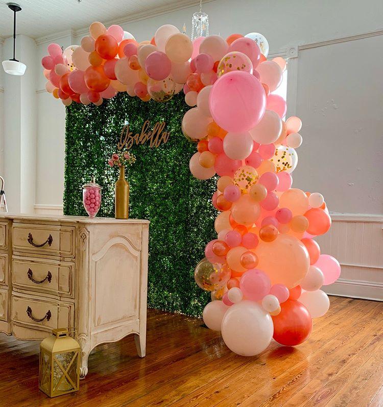 Backdrop sinh nhật tại nhà với phụ kiện cây xanh cùng bong bóng XV401