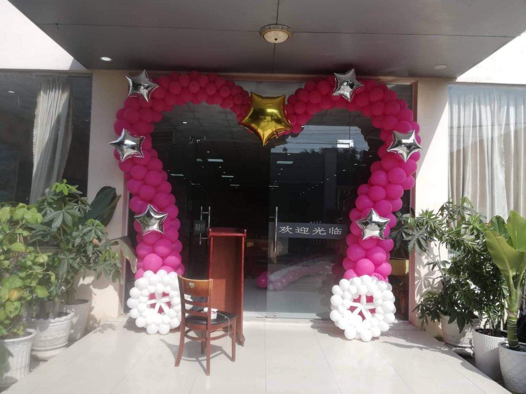 Cổng chào bong bóng trái tim trang trí tiệc cưới Trung Hoa