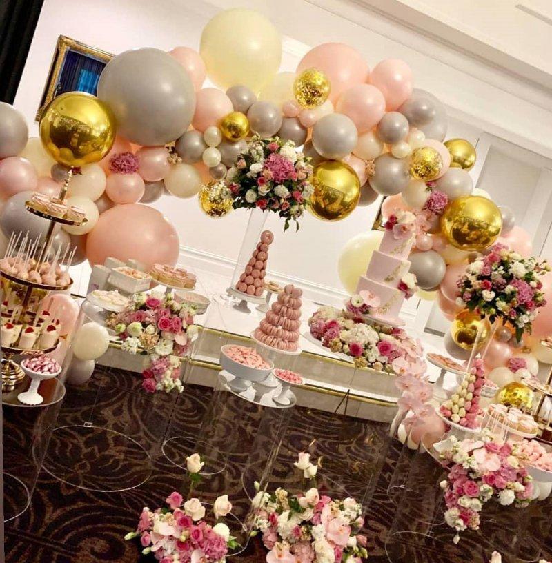 Trang trí bàn quà sinh nhật với hoa tươi và bong bóng lãng mạn XV402
