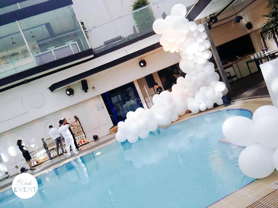 Tiểu cảnh bong bóng trang trí tiệc bể bơi góc nhìn 1 XV352