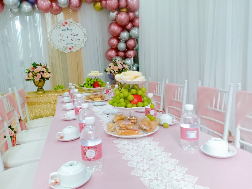 Backdrop tiệc cưới đón lễ vu quy bằng vải voan và bong bóng góc nhìn 1