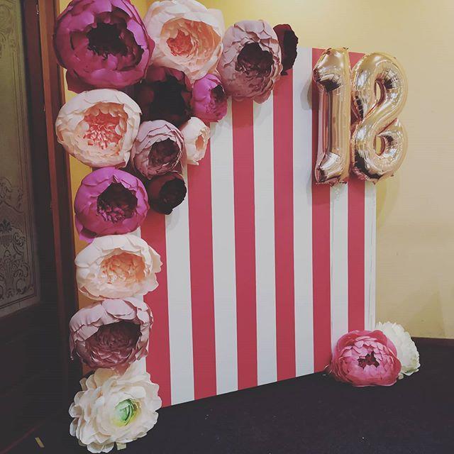Backdrop sọc dọc trang trí sinh nhật hồng trắng XV542 góc nhìn khác