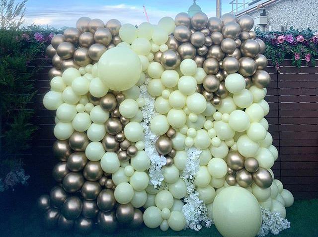 Tường bong bóng xen kẽ hoa trang trí khai trương góc nhìn khác XV478