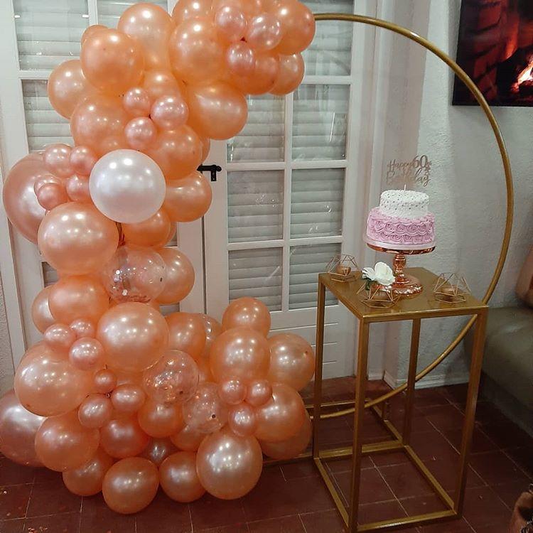 Tiểu cảnh sinh nhật bằng bong bóng màu nâu đất XV481 tại nhà góc nhìn gần