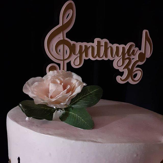 Bánh kem đi cùng backdrop sinh nhật tông màu đen, hồng, vàng, XV637