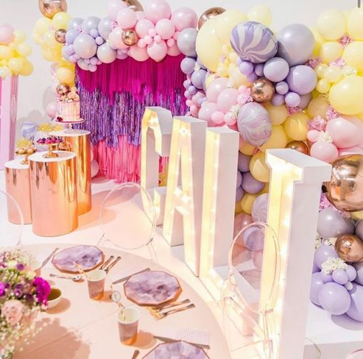 Trang trí bàn quà sinh nhật với backdrop vải voan cùng bong bóng XV648