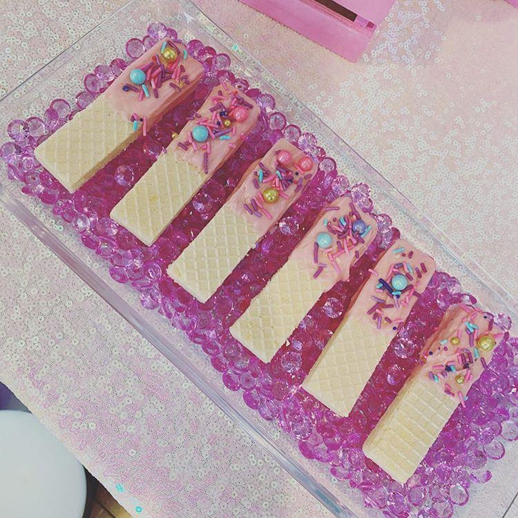 Các món bạnh kẹo trang trí có thể khách hàng gửi yêu cầu cho Bong Bóng Xinh XV652