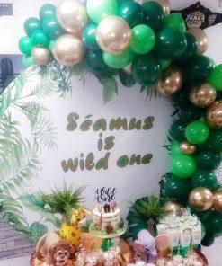 Trang trí backdrop bàn quà sinh nhật cùng dây bong bóng cho mùa giáng sinh XV665