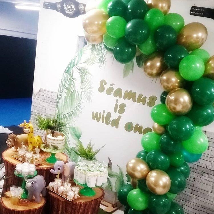 Trang trí backdrop bàn quà sinh nhật cùng dây bong bóng cho mùa giáng sinh góc nhìn khác XV665