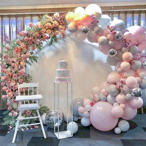 Trang trí backdrop thôi nôi tại nhà bằng bong bóng và hoa tươi XV653