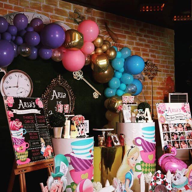 Bộ sản phẩm trang trí bàn sinh nhật Alice in Wonderland góc nhìn 1 XV680