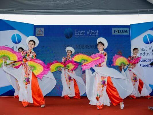 Chương trình khai mạc tại buổi lễ bằng những bài hát, múa truyền thống