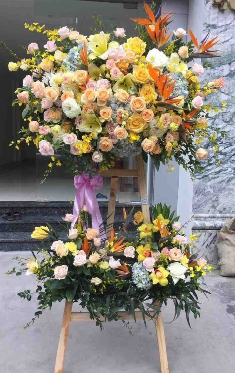 Kệ hoa khai trương đầy hoa hồng