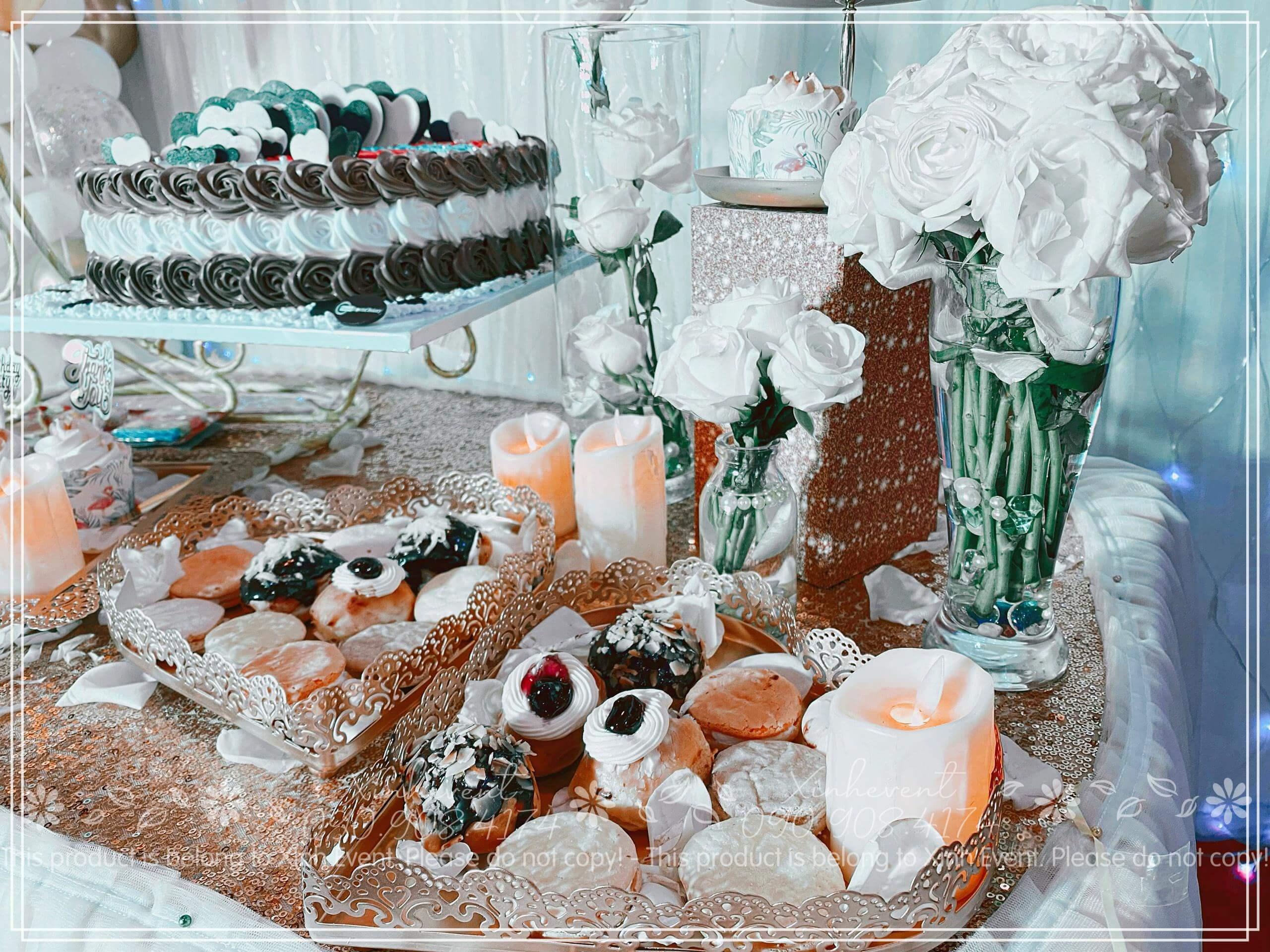 Cận cảnh góc phải của chiếc bàn sinh nhật trang trí màu sắc tinh tế