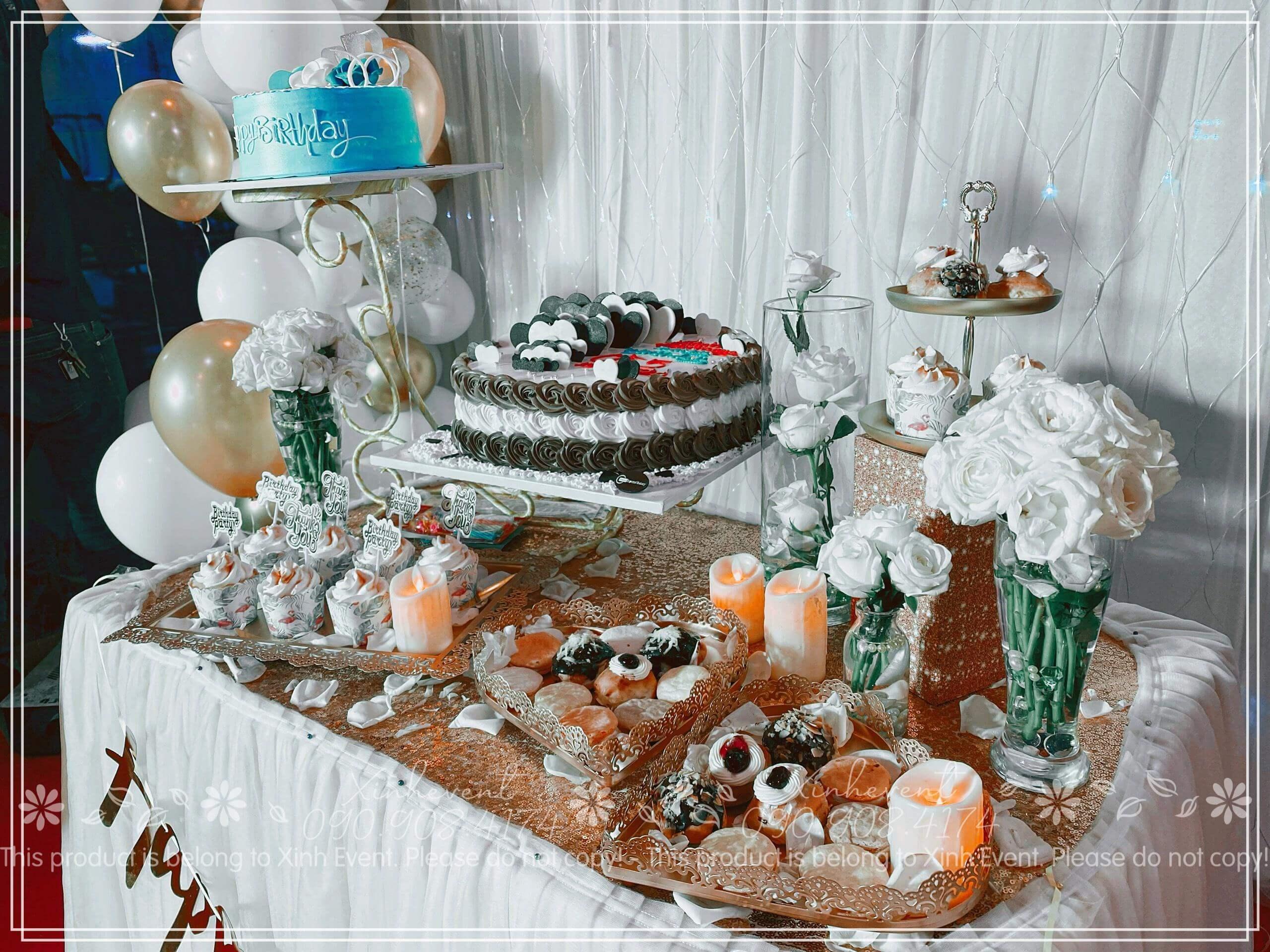 Chiếc bàn sinh nhật đầy ấp bánh và hoa với màu sắc hài hòa