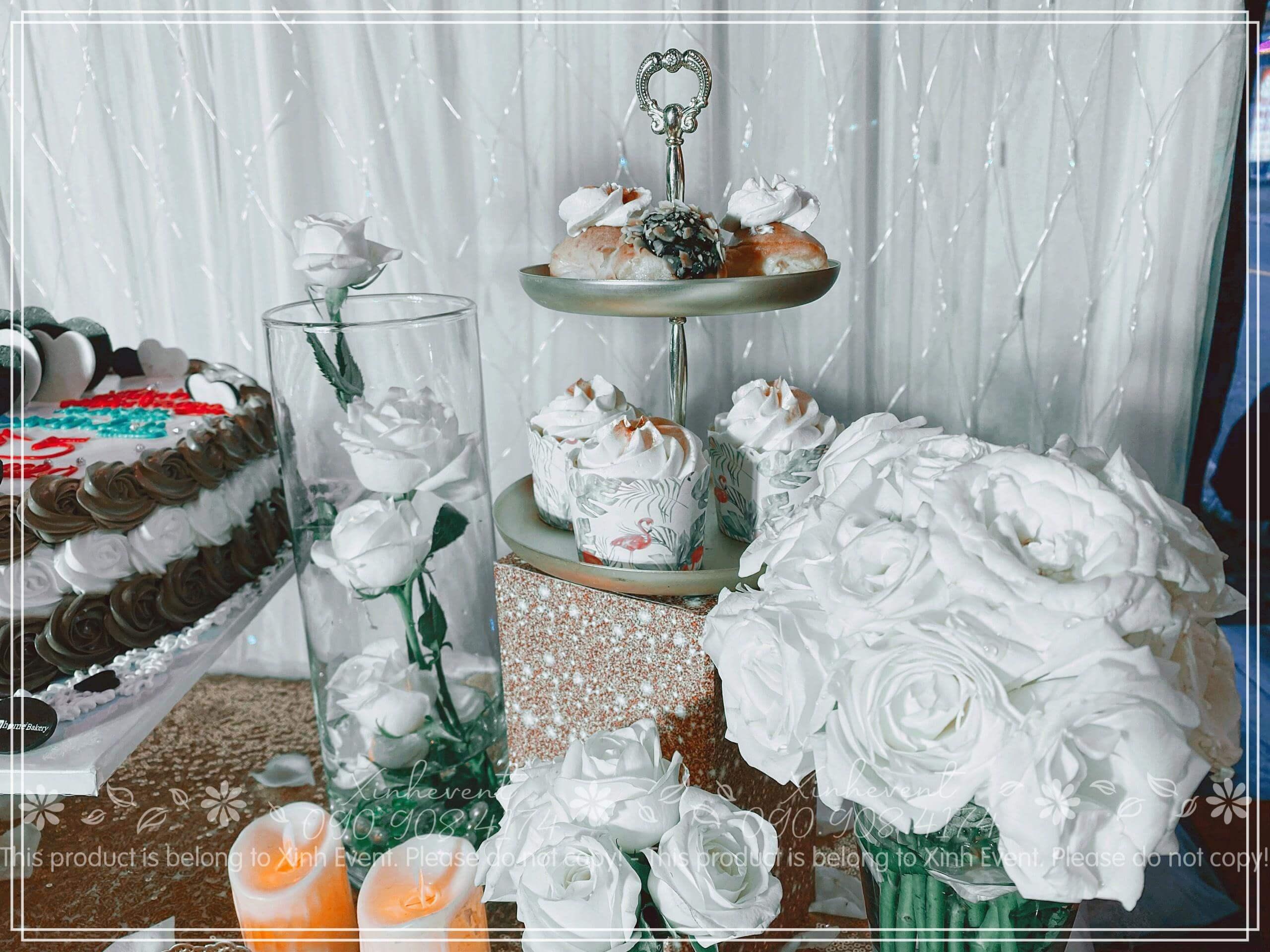 Dùng hoa hồng trắng để trang trí bàn tiệc thật sang trọng