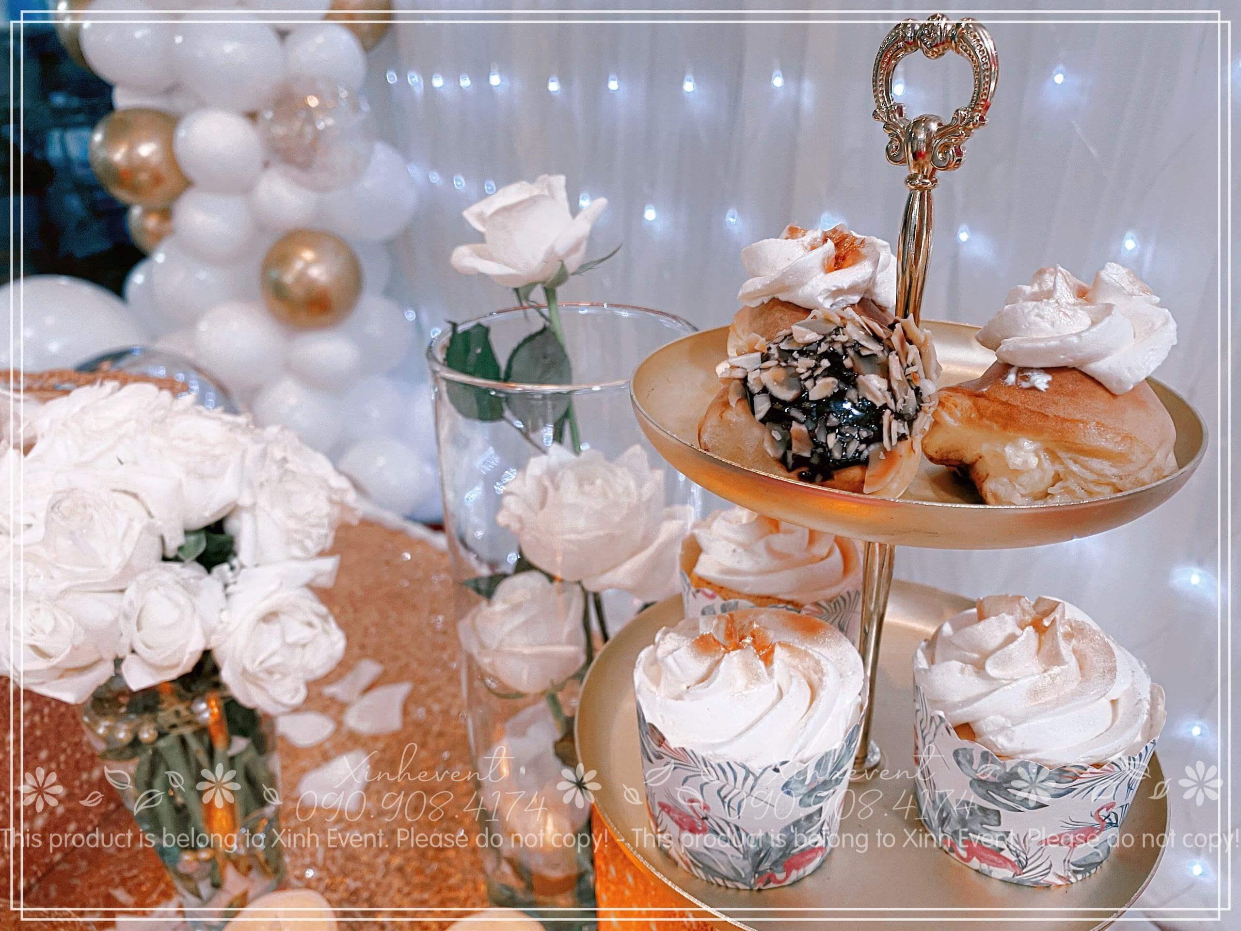 Hoa hồng trắng kết hợp bánh cupcake