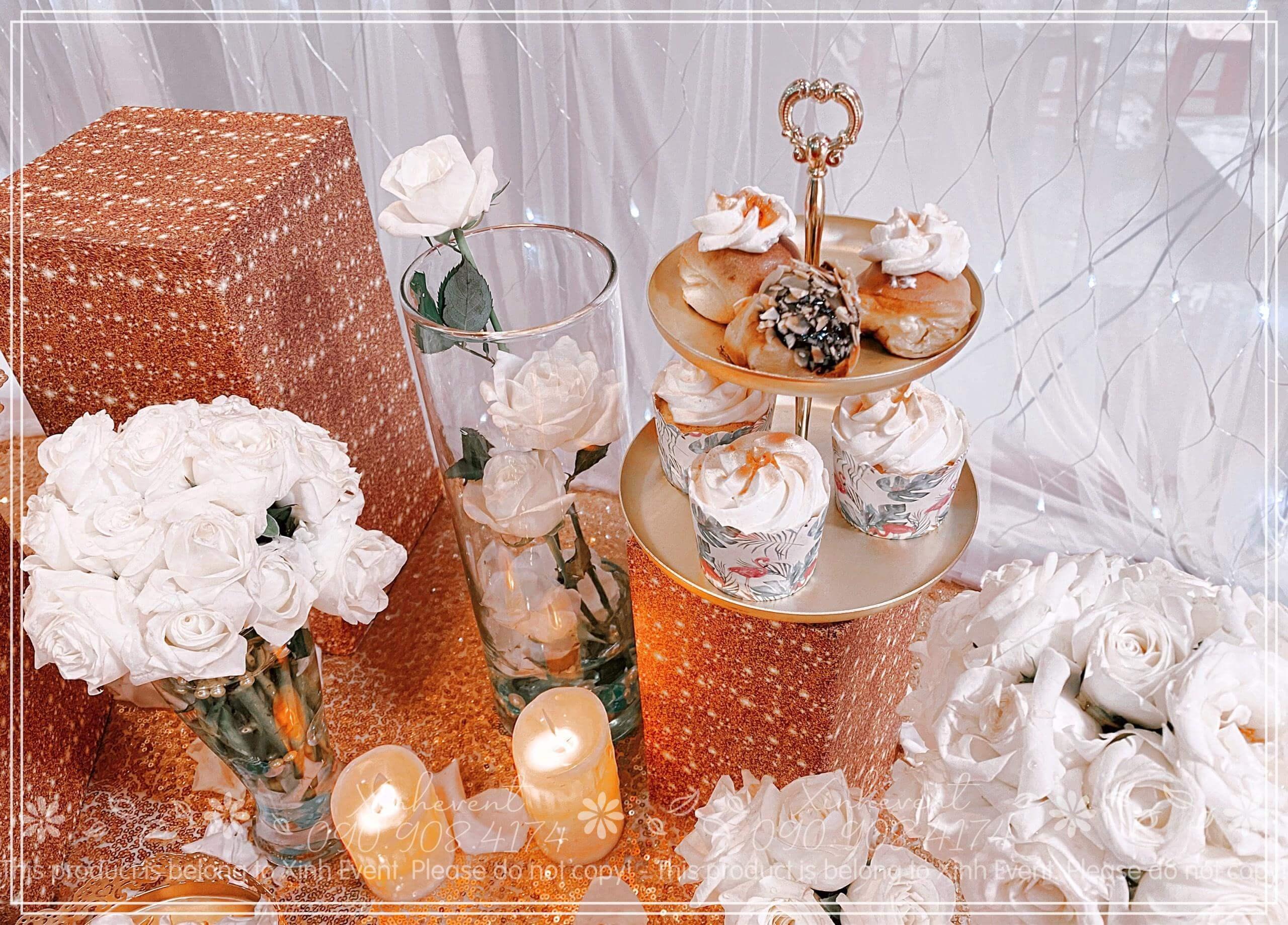 Lại là sự kết hợp tạo nên màu sắc hài hòa giữa bánh và hoa hồng