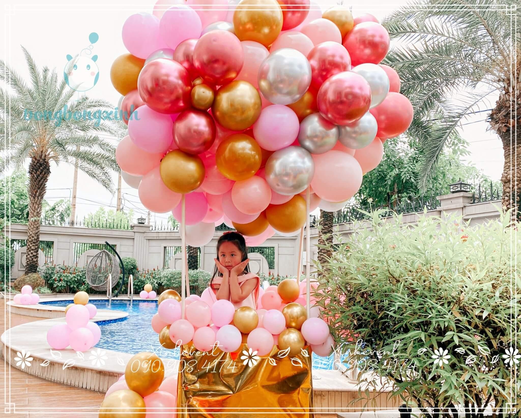 Bé Katerina dễ thương chụp hình kỷ niệm cùng tiểu cảnh khinh khí cầu