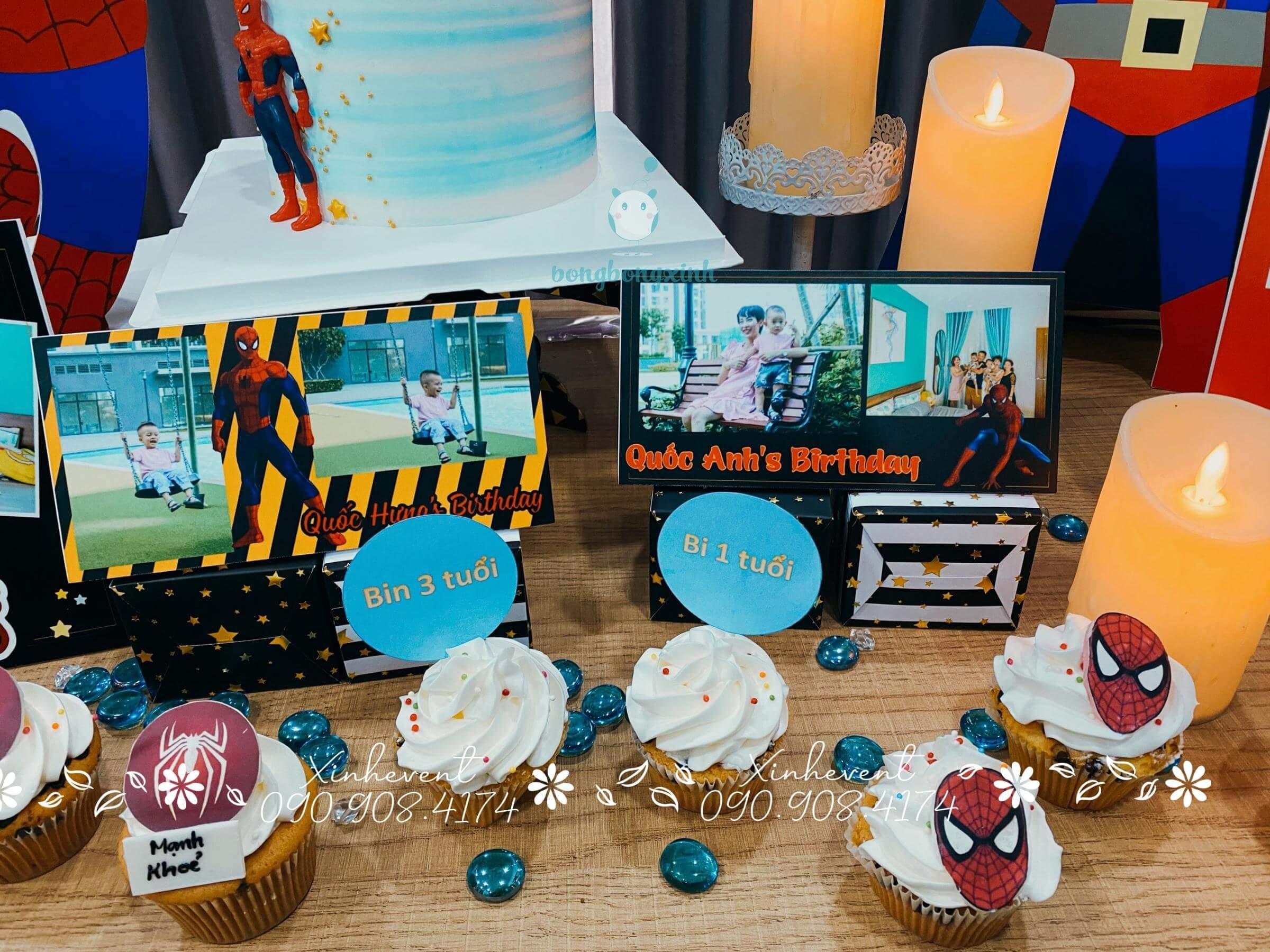 Góc bàn trang trí khung ảnh cùng bánh cupcake dễ thương