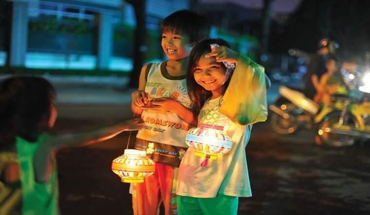 Tết trung thu e rước đèn đi chơi khắp phố phường