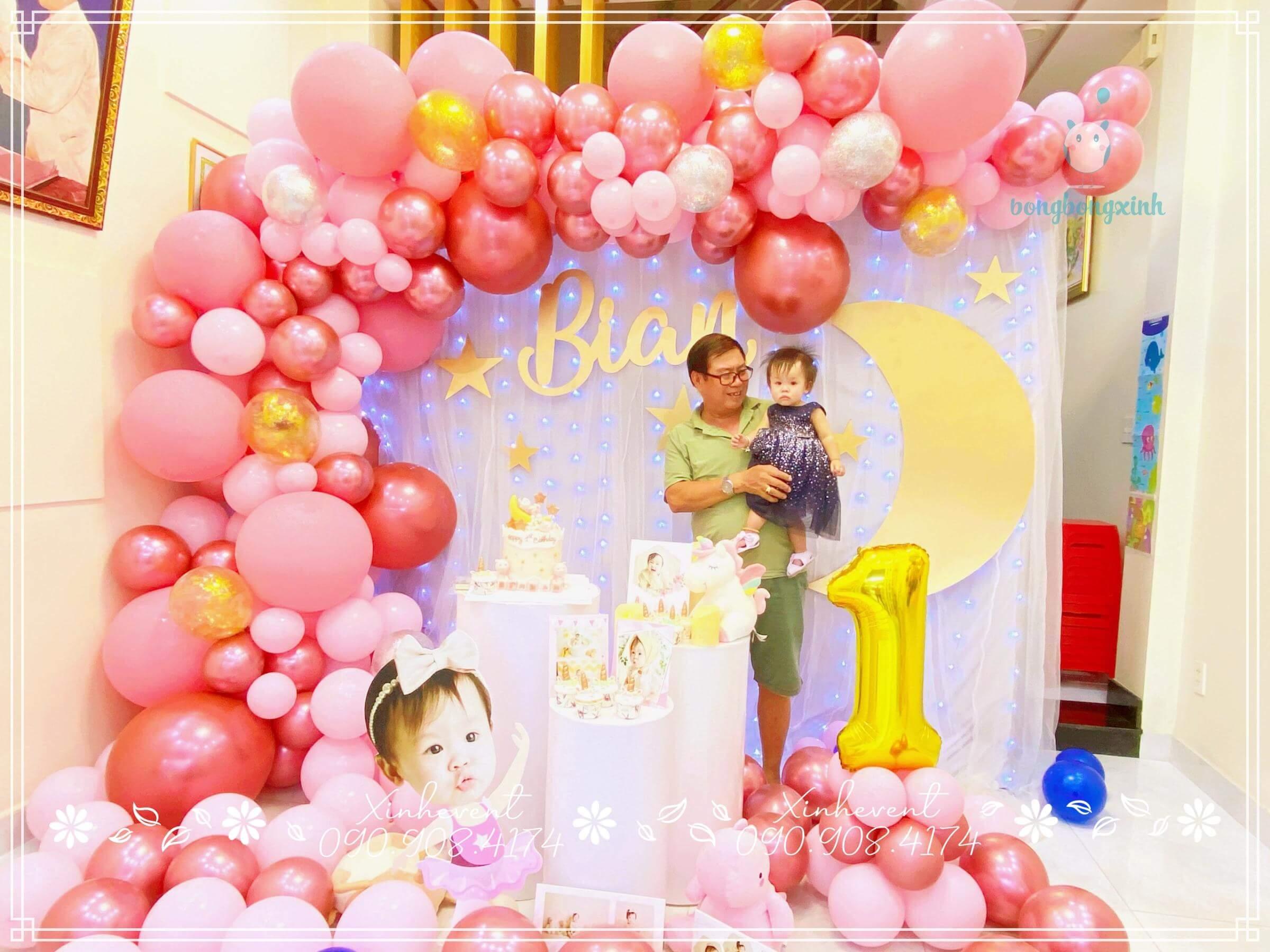 Ảnh chụp kỷ niệm của ông và bé trong ngày sinh nhật