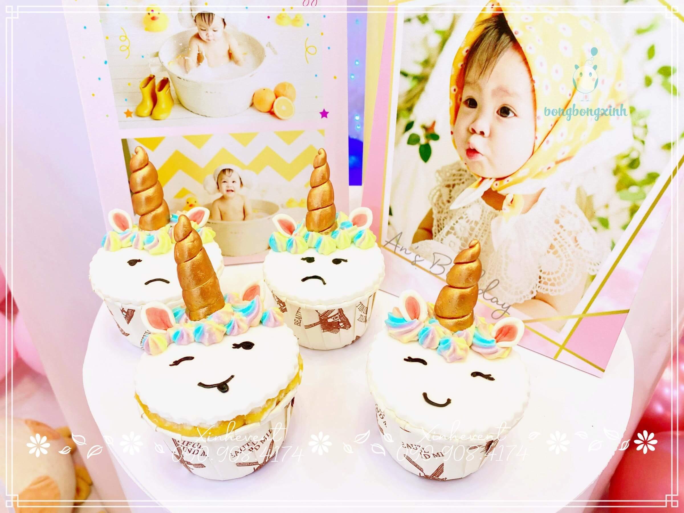 Bánh cupcake dễ thương trang trí cùng hình ảnh đáng yêu của bé