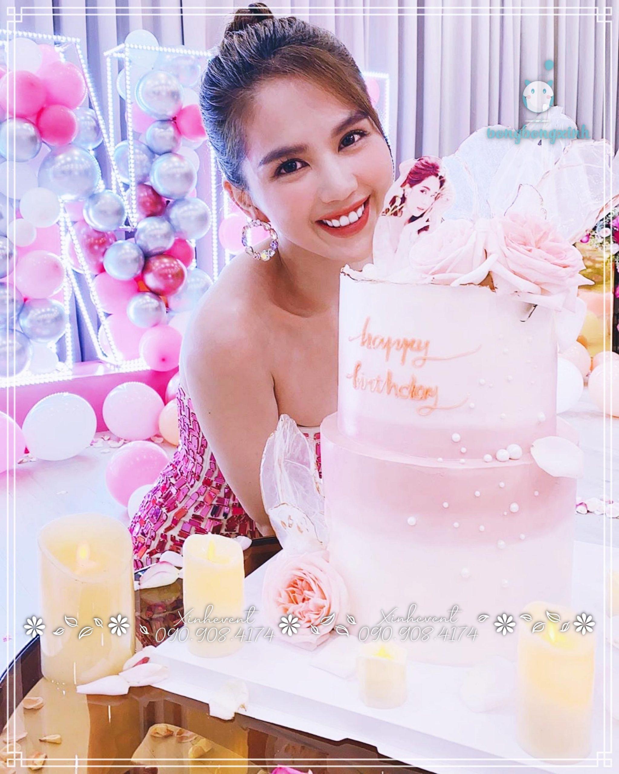 Chị Ngọc Trinh xinh đẹp bên bánh kem