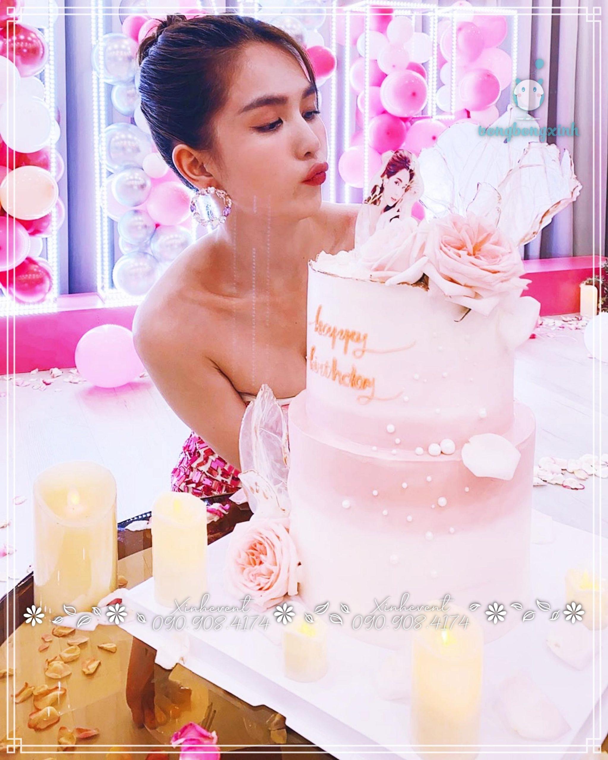 Hình ảnh dễ thương chị Ngọc Trinh bên chiếc bánh kem